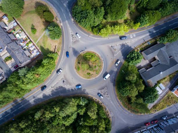 vue aérienne d'un rond-point uk - rond point carrefour photos et images de collection