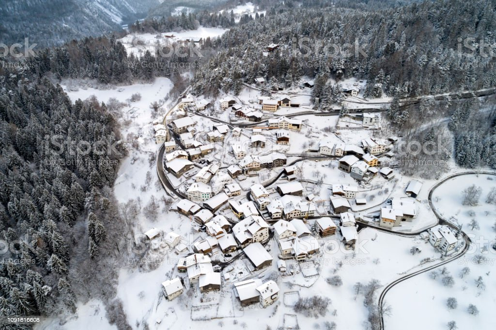 Luftaufnahme eines Dorfes im Winter in der Schweiz – Foto