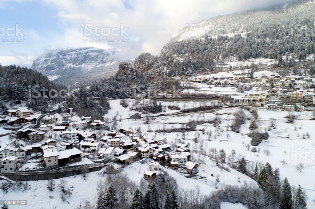 Luftaufnahme eines Dorfes im Winter in der Schweiz. – Foto