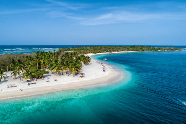aerial view of a white sand cay in the caribbean sea with turquoise waters - bahamas foto e immagini stock