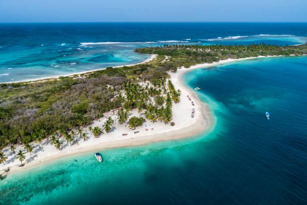 Vue aérienne d'un sable blanc Cay dans la mer des Caraïbes avec des eaux turquoises - Photo