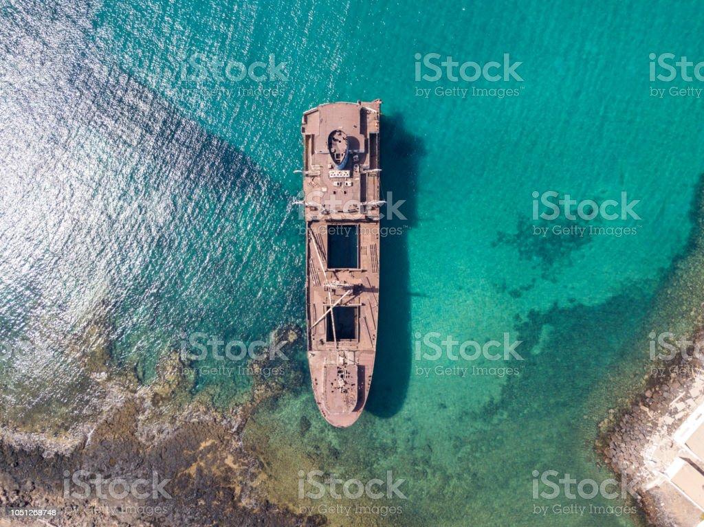 Luftaufnahme der ein Wrack eines Schiffes im Atlantischen Ozean. Lanzarote, Kanarische Inseln, Spanien – Foto