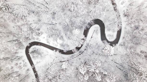 Luftaufnahme der Acurvy Straße im winter – Foto