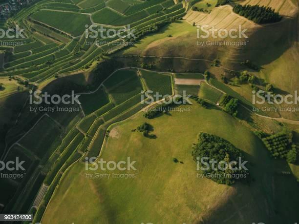 Widok Z Lotu Ptaka Na Pola Rolne I Zielone Wzgórza Europa - zdjęcia stockowe i więcej obrazów Dzień