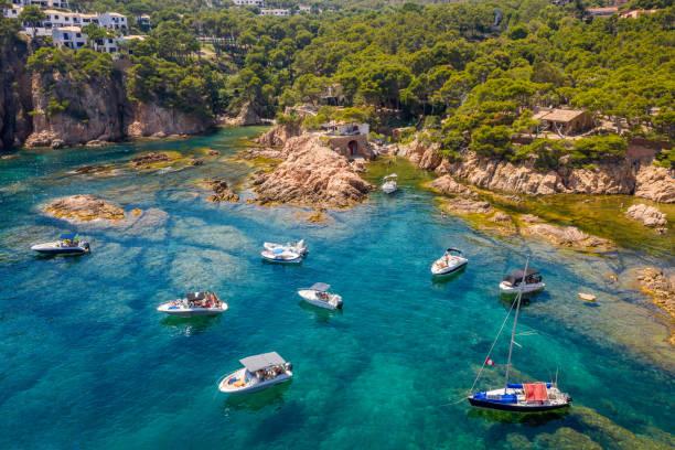 vista aérea de la bahía de la playa de aigua xelida con barcos en Begur, Costa Brava, España - foto de stock