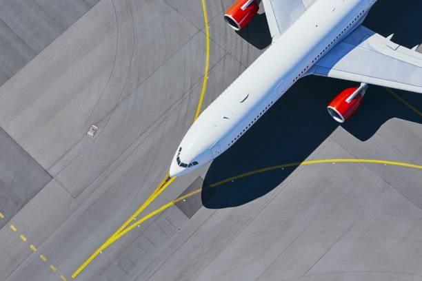 vista aérea del aeropuerto - avión fotografías e imágenes de stock