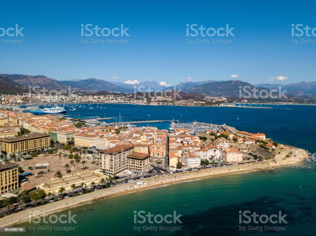 Vista aérea de Ajaccio, Córcega, Francia. La ciudad y zona centro del puerto de vista desde el mar. Puerto barcos y casas - foto de stock