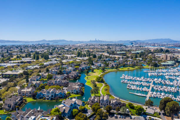 vista aérea de alameda y oakland harbor - oakland fotografías e imágenes de stock