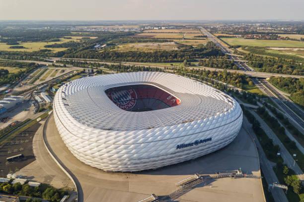 luftbild der allianz arena in münchen - bayern fußball heute stock-fotos und bilder