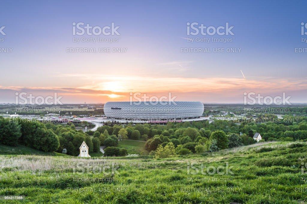 安聯競技場的鳥瞰圖, 拜仁的橄欖球體育場, 在日落時從 Froettmanninger 伯格照亮紅色。圖像檔