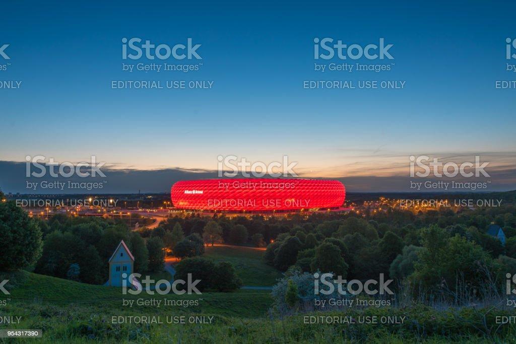 安聯競技場的鳥瞰圖, 拜仁的足球場, 在黃昏時分從 Fröttmanninger 伯格的紅色照明。圖像檔