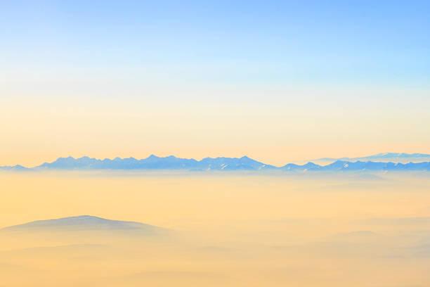 luftaufnahme der alpine-gebirge - münchen weather stock-fotos und bilder