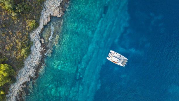 flygfoto över ankring katamaran bredvid ön. - katamaran bildbanksfoton och bilder