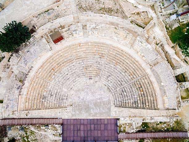 vue aérienne de l'ancien théâtre de kourion - demi cercle photos et images de collection