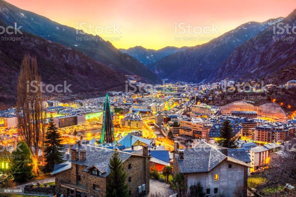 Vista aérea de andorra la vella escaldes por do sol Crepúsculo hora caldea azul - foto de acervo