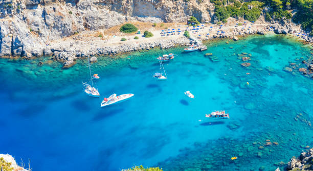 flygfoto över anthony quinn-bukten med båtar (rhodos, grekland) - golf sommar skugga bildbanksfoton och bilder