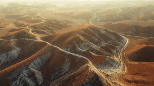 luftaufnahme der kargen landschaft - flugzeugperspektive stock-fotos und bilder