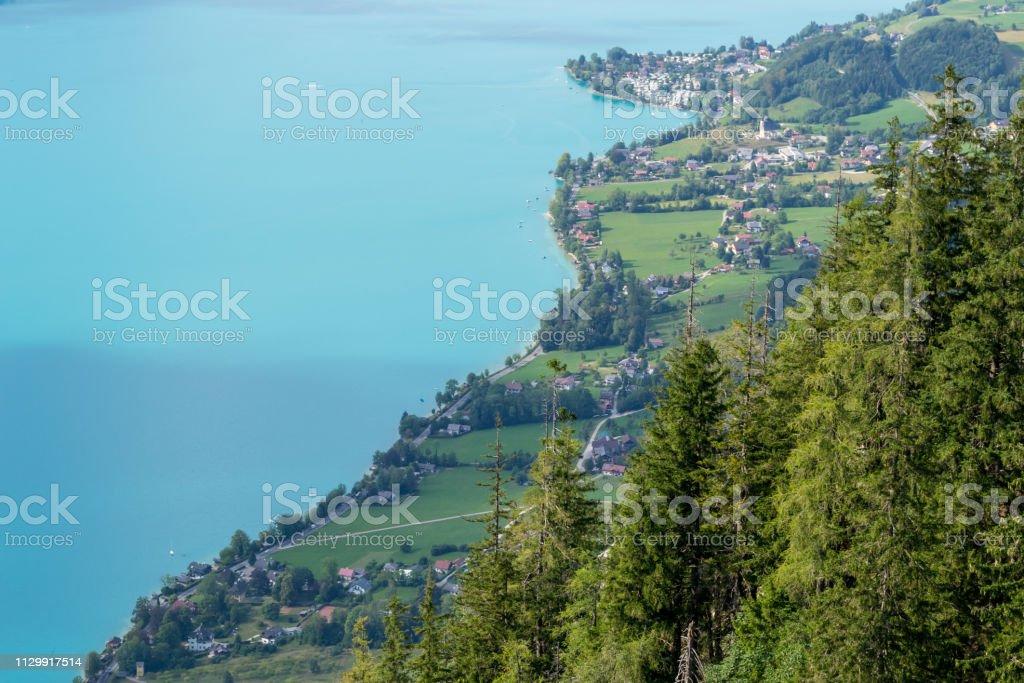 Luftaufnahme des Attersee-See in Österreich, mit einem klaren Anblick von der Küstenstraße Linie in den Sommer-Urlaub. – Foto