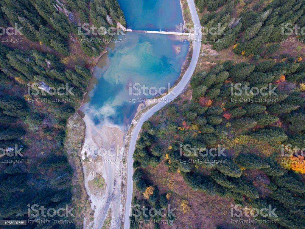 Göl ile sonbahar ormanların havadan görünümü. stok fotoğrafı