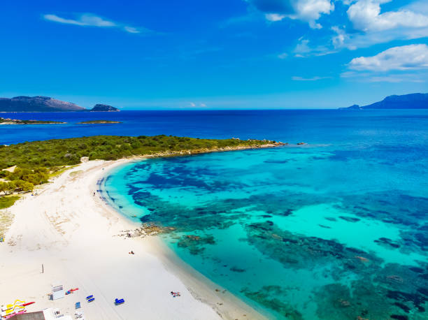 vista aerea di bados, bella spiaggia sabbiosa con le montagne e le isole sullo sfondo, nord sardegna, olbia - sardegna foto e immagini stock