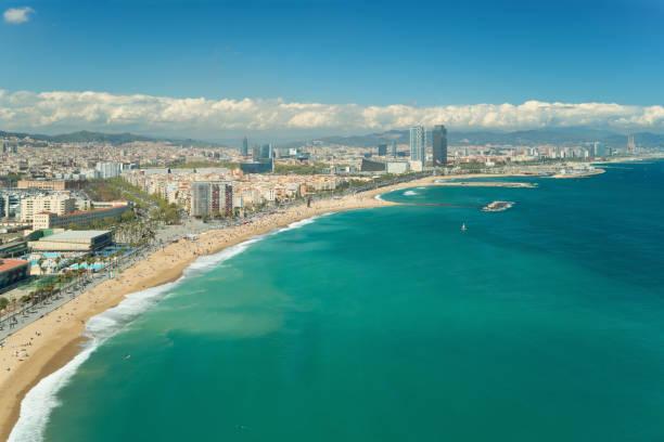 Luftaufnahme von Barcelona, Barceloneta Strand und Mittelmeer im Sommertag in Barcelona, Spanien. – Foto