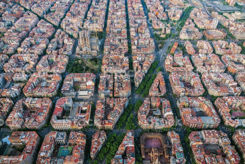 Luftaufnahme von Barcelona residencial Stadtteil Eixample mit berühmten städtischen Netz, Spanien – Foto