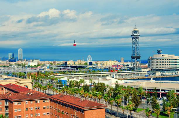 Vista aérea de Barcelona. La Barceloneta, Port Vell, mar y rojo cabina del teleférico. Cataluña, España - foto de stock