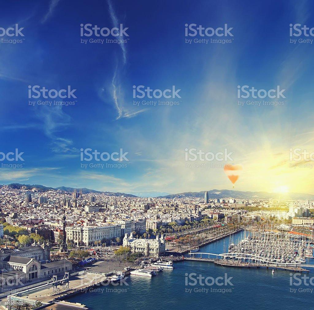 Vista aérea de Barcelona, España al anochecer - foto de stock