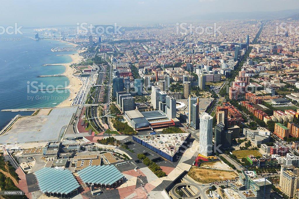 Vista aérea de Barcelona con la costa desde un helicóptero - foto de stock