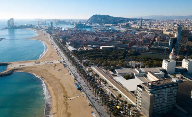 Vista aérea de la playa de la Barceloneta en día de verano - foto de stock