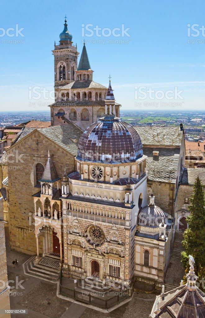Vista aérea de la Basílica de Santa María la mayor en Bérgamo, Italia - foto de stock