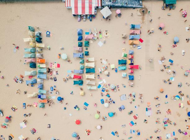 Luftaufnahme der Strandhütten in Gijon – Foto