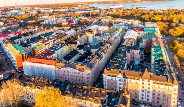 flygfoto över vackra staden helsingfors på hösten. himmel och moln och färgglada byggnader. helsingfors, finland. - drone helsinki bildbanksfoton och bilder