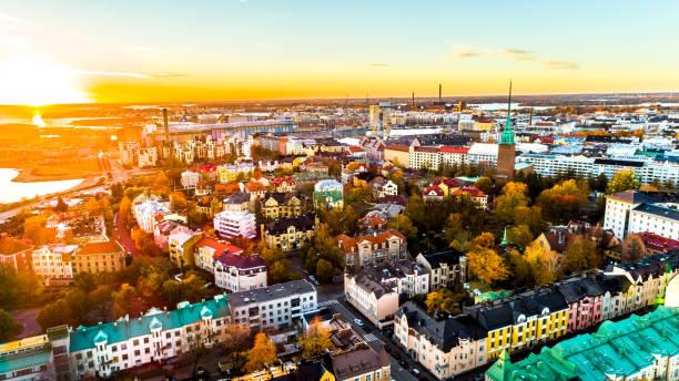 flygfoto över vackra staden helsingfors. himmel och moln och färgglada byggnader. helsingfors, finland. - drone helsinki bildbanksfoton och bilder