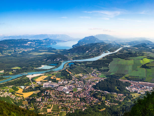 vue aérienne du beau paysage français des montagnes du bugey, dans le département de l'ain auvergne-rhône-alpes, avec la petite ville de culoz, le rhône et le célèbre lac du bourget en arrière-plan en été - france photos et images de collection