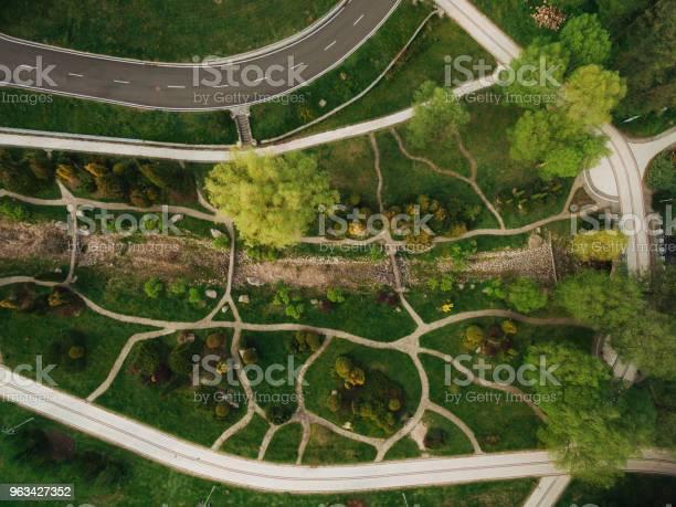 Widok Z Lotu Ptaka Na Piękny Zielony Park I Drogę - zdjęcia stockowe i więcej obrazów Bez ludzi