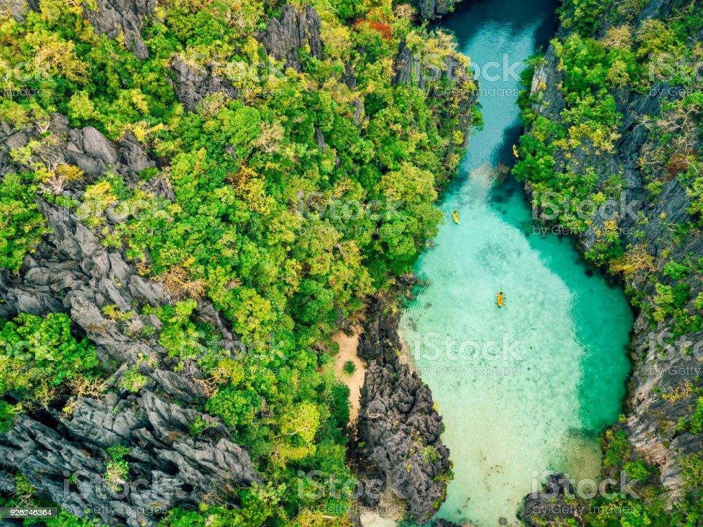 Luftaufnahme der schönen Lagune mit Kajaks – Foto