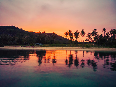 팜 코 사무이 섬에 다른 나무와 바다와 아름 다운 열 대 해변의 항공 보기 0명에 대한 스톡 사진 및 기타 이미지