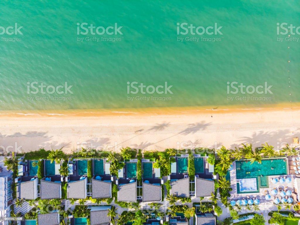 Luchtfoto van het tropische strand en zee met palmbomen en andere boom in koh samui eiland - Royalty-free Blauw Stockfoto