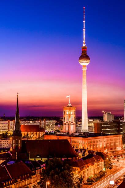 luftaufnahme von berlin city skyline bei sonnenuntergang, berlin, deutschland - berliner fernsehturm stock-fotos und bilder