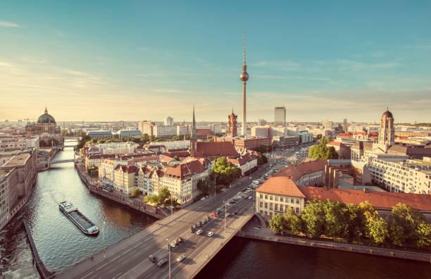 luftaufnahme der berliner skyline mit spree entlang im sommer, deutschland - nikolaiviertel stock-fotos und bilder