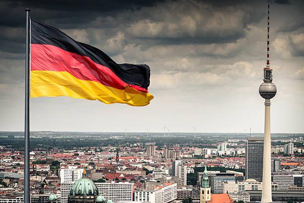 vue aérienne de berlin alexanderplatz tour de télévision de-allemagne - drapeau allemand photos et images de collection