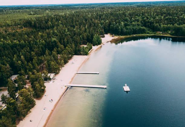 flygfoto över bästa stranden i finland nära helsingfors - sääksjärvi - drone helsinki bildbanksfoton och bilder