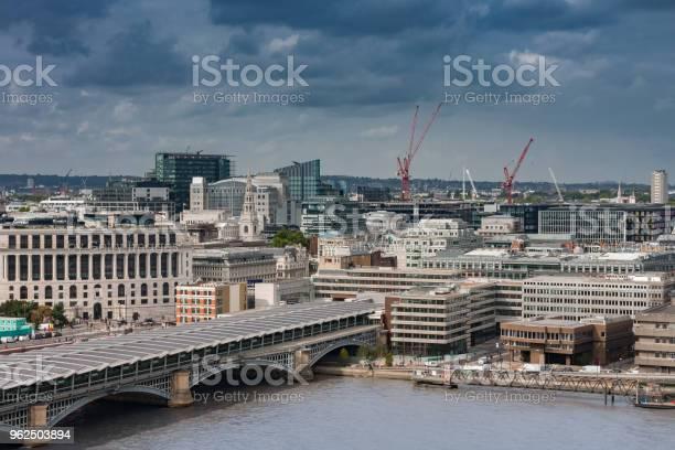 Foto de Vista Aérea Da Ponte Ferroviária De Blackfriars Em Londres e mais fotos de stock de Arquitetura