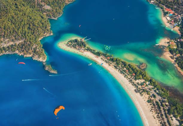 Luftaufnahme des Blue Lagoon in Ölüdeniz, Türkei. Bunte Sommerlandschaft mit Meer spucken, grünen Wald, azurblauen Wasser, Sandstrand in hellen, sonnigen Tag. Hintergrund zu reisen. Draufsicht des Nationalparks. Natur – Foto