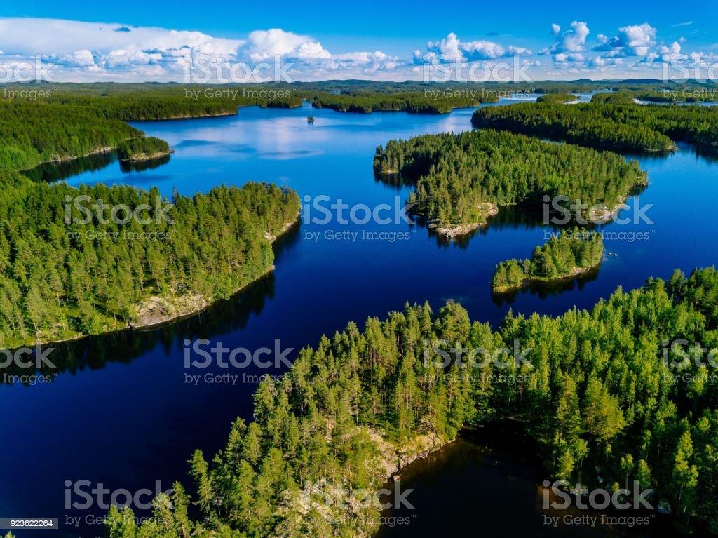 Luftaufnahme des blauen Seen und grünen Wäldern an einem sonnigen Sommertag in Finnland. – Foto