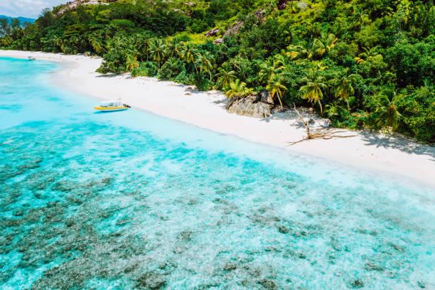 아름 다운 열 대 푸른 석호를 볼 수 있는 섬에 정박 한 보트의 조감도, 세이셸 - 마헤 섬 뉴스 사진 이미지