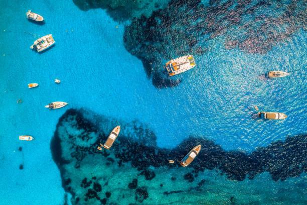 Luftaufnahme von Booten und Luxus Yachten in transparent blau des Meeres am sonnigen Tag in Spanien. Bunte Landschaft mit Marina Bay, azurblauen Wasser. Balearischen Inseln. Ansicht von oben. Reisen Sie in Europa. Sommerurlaub – Foto