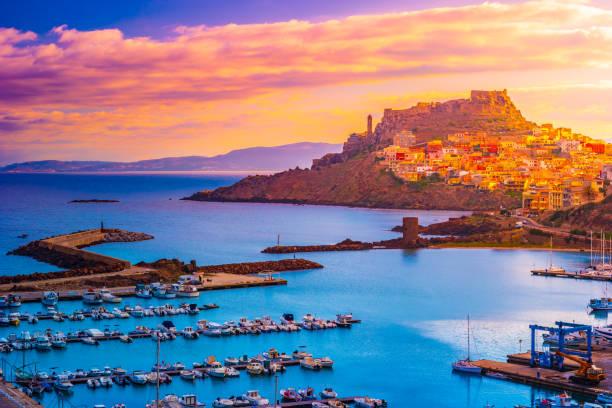 vista aerea delle barche nel porto e nella città di castelsardo, una delle città più belle della sardegna. - sardegna foto e immagini stock