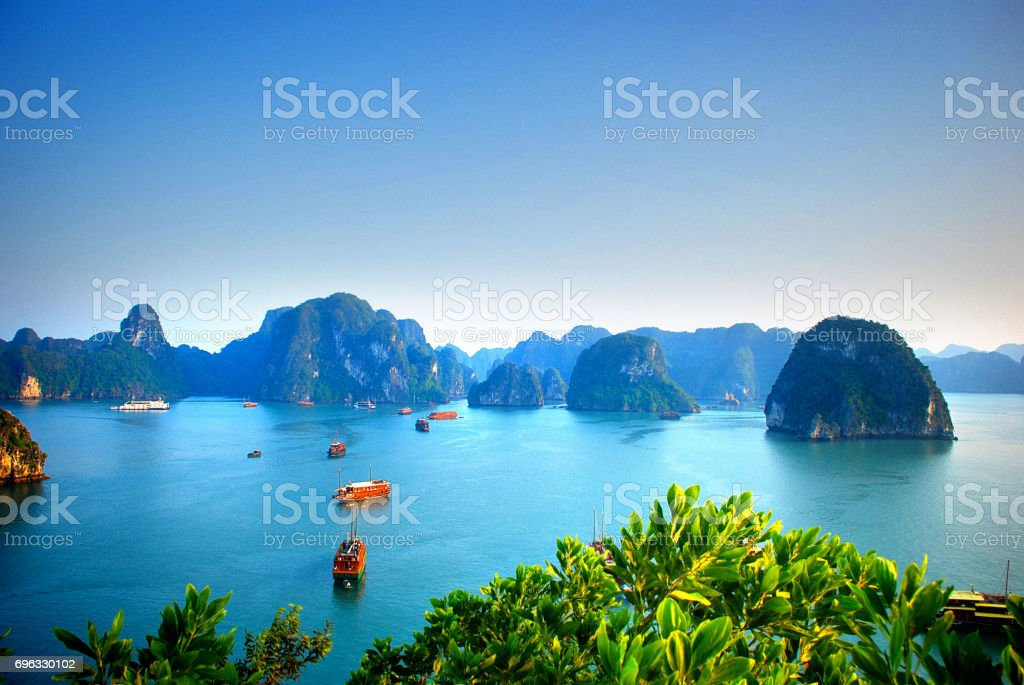 Vista aérea de barcos que navegan en la bahía de Halong de Vietnam - foto de stock